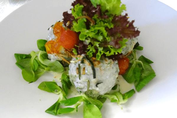 Knödel mit Salat